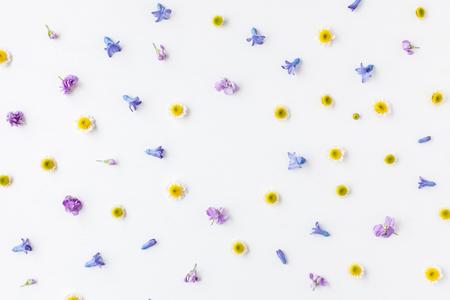 꽃 조성물. 흰색 배경에 다양 한 다채로운 꽃의 만든 프레임입니다. 부활절, 봄, 여름 개념입니다. 플랫 평신도, 상위 뷰