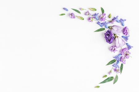 Skład kwiatów. Rama wykonana z różnych kolorowych kwiatów na białym tle. Płaski, górny widok