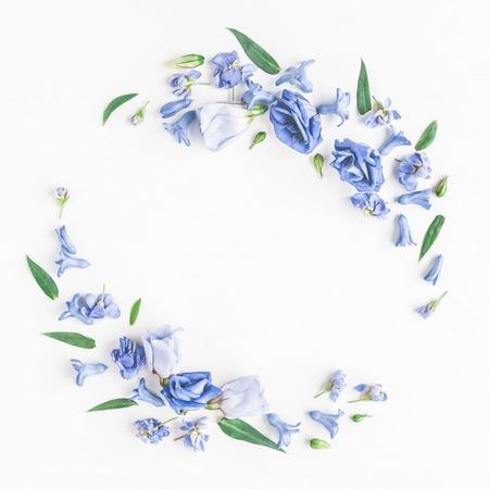 花の組成物。白い背景の青い花の花輪を作った。フラット横たわっていた、トップ ビュー 写真素材 - 81691792