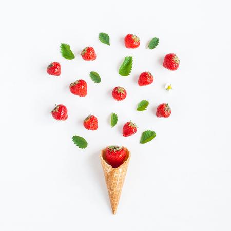 와플 원뿔에 딸기입니다. 흰색 배경에 크리 에이 티브 딸기입니다. 평평한 평면, 평면도