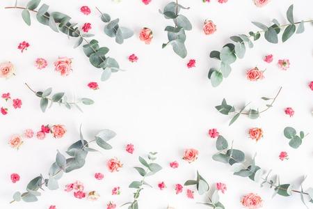 Blumen Zusammensetzung. Runder Blumenrahmen gemacht von den rosafarbenen Blumen und Eukalyptus verzweigt sich auf weißen Hintergrund. Flachlage, Draufsicht, Kopienraum Standard-Bild - 82356850
