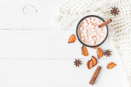 Autumn composition. Hot chocolate, knitted blanket, autumn leaves. Flat lay, top view, close up Foto de archivo
