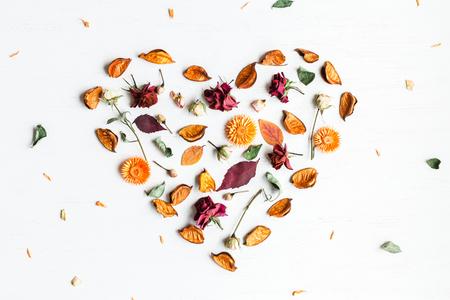 Símbolo del corazón de flores secas y hojas de otoño, vista superior, plano Foto de archivo - 83348532