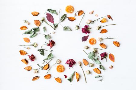 由乾花和秋葉製成的框架,頂視圖,平躺