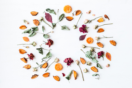 frame made of dried flowers and autumn leaves, top view, flat lay Archivio Fotografico