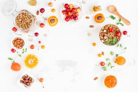muesli, 과일, 딸기, 흰색 배경에 견과류와 함께 아침. 건강 식품 개념입니다. 평평한 가로, 평면도, 복사 공간 스톡 콘텐츠