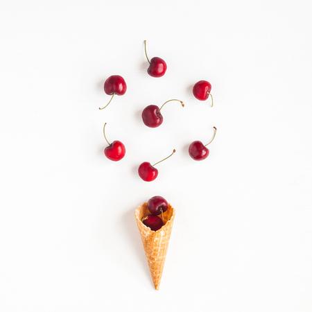 체리 와플 콘 흰색 배경입니다. 크리 에이 티브 음식 개념입니다. 평평한 가로, 평면도, 정사각형