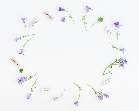 Bloemen samenstelling. Klokbloemen op een witte achtergrond. Vlak gelegen, bovenaanzicht