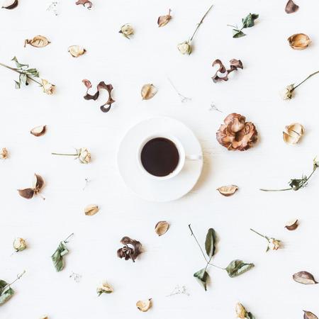 Otoño. Taza de café con flores de rosas secas y hojas de otoño. Vista superior, plano Foto de archivo - 84622051