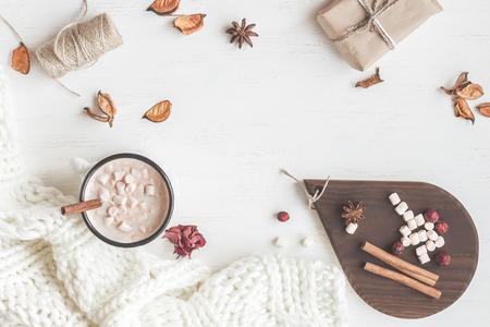 Herfst. Warme chocolade, gebreide deken, cadeau, gedroogde bloemen en herfstbladeren. Vlak gelegen, bovenaanzicht