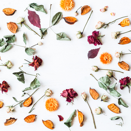 frame made of dried flowers and autumn leaves, top view, flat lay 스톡 콘텐츠