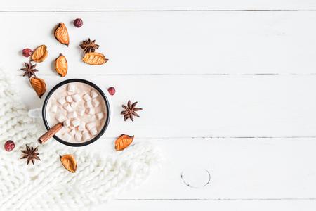 가을. 핫 초콜릿, 니트 담요, 말린 꽃과 나뭇잎. 평평한 평면, 평면도