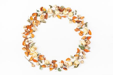 Composición del otoño. Corona de otoño flores secas y hojas sobre fondo blanco. Flat lay, vista desde arriba, copia espacio Foto de archivo - 84912116