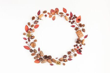 Composición del otoño. Corona de hojas de otoño, concesiones de pino, estrella de anís. Flat lay, vista desde arriba, copia espacio