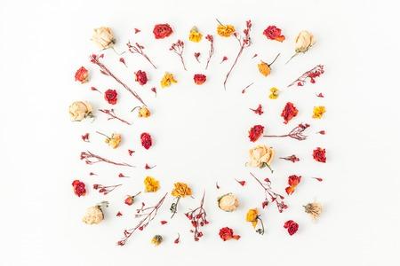 가 조성입니다. 흰색 배경에 말린 된 꽃으로 만든 프레임. 평평한 가로, 평면도, 복사 공간