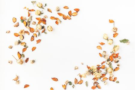 Composición del otoño. Marco hecho de otoño flores secas y hojas sobre fondo blanco. Flat lay, vista desde arriba, copia espacio Foto de archivo - 84975805