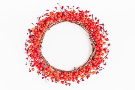 Composición del otoño. Corona de bayas rowan y flores rojas de otoño. Flat lay, vista desde arriba, copia espacio Foto de archivo - 84912135