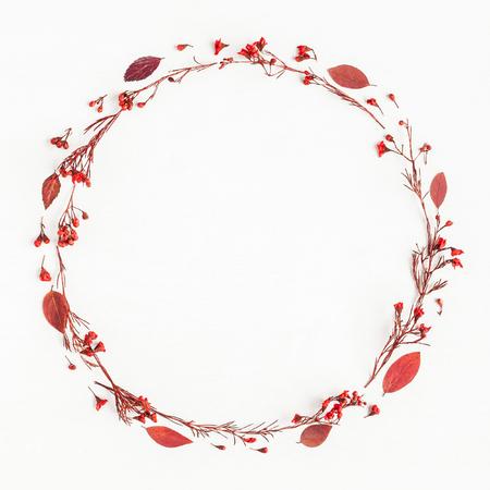 Composición del otoño. Corona de hojas rojas de otoño y flores. Flat lay, vista superior, espacio de copia, cuadrado