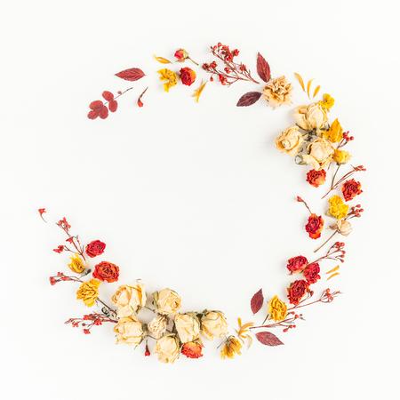 秋季構圖。由秋天干燥的葉子和花朵的花圈。平躺,頂視圖,副本空間,廣場