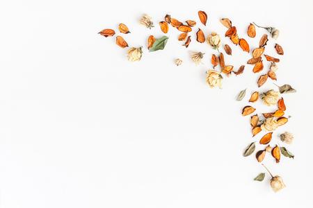 Осенняя композиция. Рамка из осенних сухих цветов и листьев на белом фоне. Квартира, вид сверху, копия пространства.