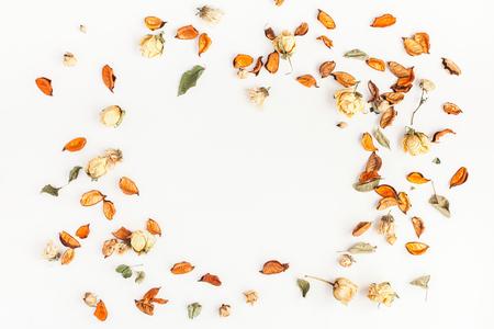 Composición del otoño. Marco hecho de otoño flores secas y hojas sobre fondo blanco. Flat lay, vista desde arriba, copia espacio