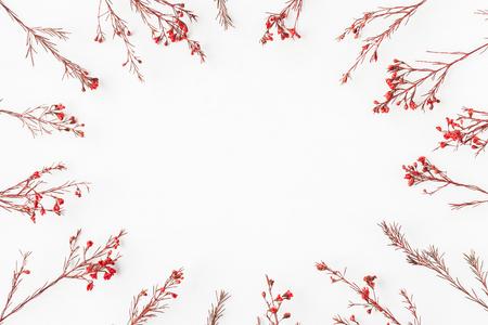 Jesienna kompozycja. Rama wykonana z jesieni czerwonych liści i kwiatów. Płaski, górny widok, miejsce na kopię