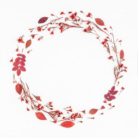 秋季構圖。由秋天紅色葉子和鮮花做的花圈。平躺,頂視圖,副本空間,廣場