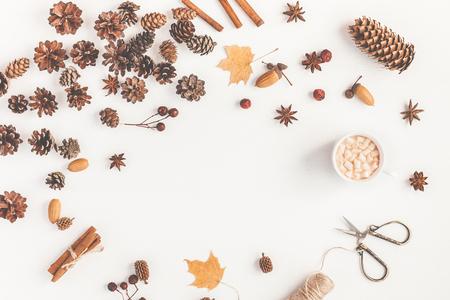 Осеннее рабочее пространство. Чашка кофе, аксессуары, осенние листья, сосновые шишки. Квартира, вид сверху, место для копирования