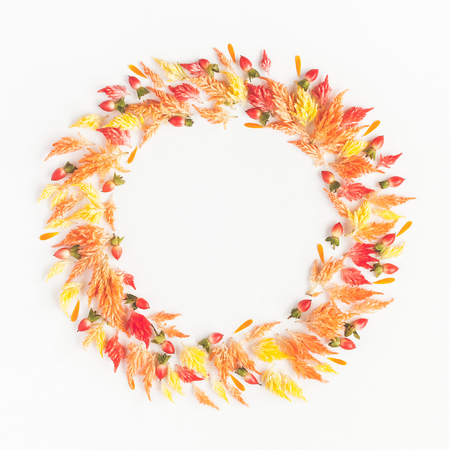Autumn composition. Frame made of autumn flowers and leaves. Flat lay, top view, copy space 版權商用圖片