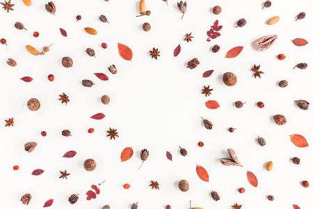 Composición del otoño. Marco hecho de cosas de otoño. Flat lay, vista desde arriba, copia espacio
