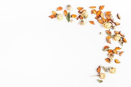 Jesienna kompozycja. Rama wykonana z jesieni suszonych kwiatów i liści na białym tle. Płaski, górny widok, miejsce na kopię. Zdjęcie Seryjne