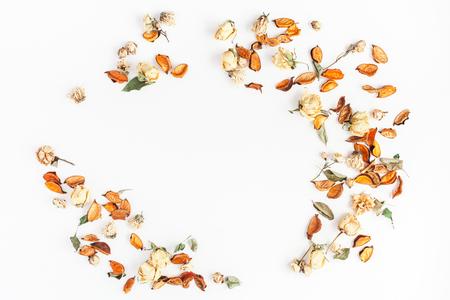 秋季構圖。由秋天干燥的花和葉子在白色背景上的框架。平躺,頂視圖,副本空間。