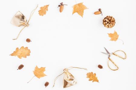 Осенняя композиция. Подарки, осенние золотые листья, сосновые шишки, аксессуары на белом фоне. Квартира, вид сверху, место для копирования
