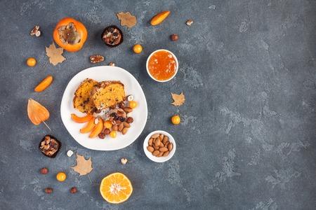 La mesa sirvió para la cena de acción de gracias. Comida de otoño sobre fondo oscuro. Flat lay, vista desde arriba, copia espacio