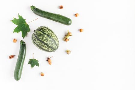 Jesienią ramkę z dyni, liści klonu, żołędzie, szyszek sosny, orzechy laskowe na białym tle. Jesie ?, upadek, koncepcja dziękczynienia. Płaski, górny widok, miejsce na kopię