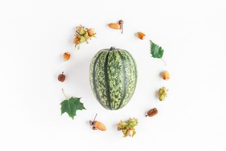 秋季構成由南瓜,楓樹,葉子,橡子,松果,榛子在白色背景上。秋天,秋天,感恩概念。平躺,頂視圖