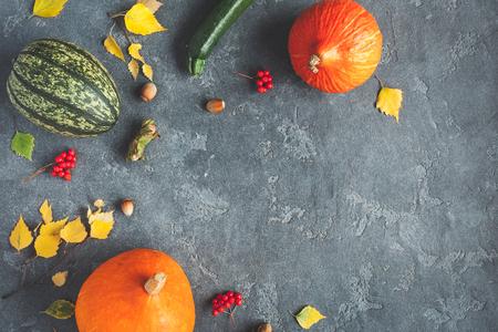 Jesienią ramkę z dyni, liści brzozy, orzechy laskowe na czarnym tle. Jesie ?, upadek, koncepcja dziękczynienia. Płaski, górny widok, miejsce na kopię Zdjęcie Seryjne