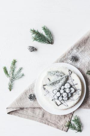 Composición de Navidad. Torta de arándano con ramas de abeto, postre de Navidad. Vista plana