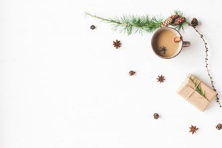 Composición de Navidad. Taza de café, ramas de alerce, palitos de canela, estrella de anís. Fondo de Navidad. Vista plana