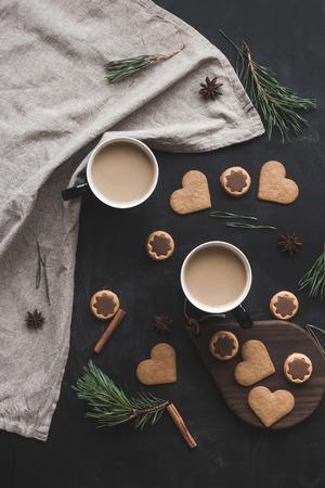 Рождественская композиция. Чашка кофе, рождественские пряники, ветка сосны, палочки корицы, анисовая звезда. Плоский, вид сверху