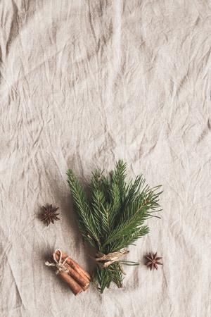 Composición de Navidad. Ramo de ramas de abeto, palitos de canela, estrella de anís. Vista plana