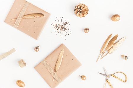 크리스마스 조성입니다. 크리스마스 선물, 소나무 콘, 흰색 배경에 황금 액세서리. 평면 누워, 상위 뷰, 가까이
