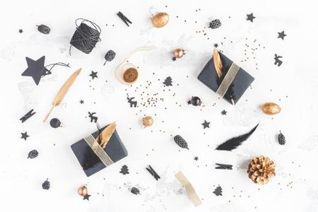 크리스마스 조성입니다. 크리스마스 선물, 소나무 콘, 검정색과 황금 장식 흰색 배경에. 평평한 평면, 평면도 스톡 콘텐츠