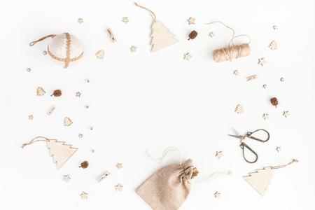 Kerst samenstelling. Kerstcadeaus, dennenappels, houten decoraties op witte achtergrond. Plat leggen, bovenaanzicht, kopie ruimte Stockfoto