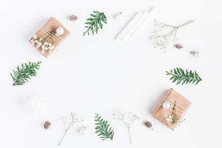 クリスマス フレーム。クリスマス プレゼント、松ぼっくり、カスミソウの花、白い背景に thuja 枝。コピー スペース フラット横たわっていた、トッ