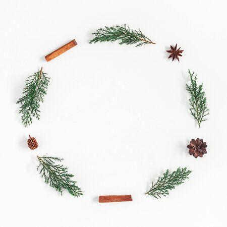 Composition de Noël. Guirlande de Noël faite de branches de pin, bâton de cannelle, étoiles d'anis sur fond blanc. Plat poser, vue de dessus, espace copie, carré Banque d'images