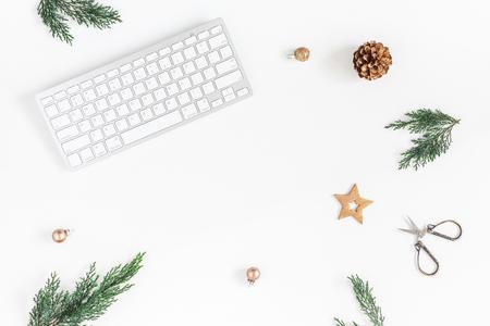 クリスマス ホーム オフィス デスク コンピューター、松の枝、クリスマスの装飾。コピー スペース フラット横たわっていた、トップ ビュー 写真素材
