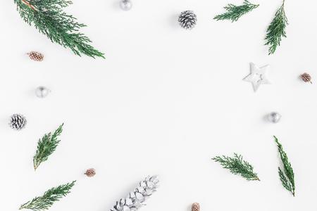 クリスマスの組成物。フレーム製クリスマス銀の装飾、ヒノキの枝、松ぼっくり。コピー スペース フラット横たわっていた、トップ ビュー 写真素材