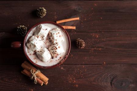 クリスマスの飲み物。ホット チョコレート、マグカップ、マシュマロ、シナモンスティック、fir コーン、トップ ビューでフラットを置く