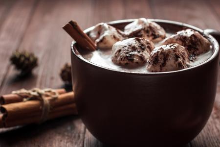 クリスマスの飲み物。マグカップ、マシュマロ、シナモンスティック、fir コーン、クローズ アップでホット チョコレート 写真素材